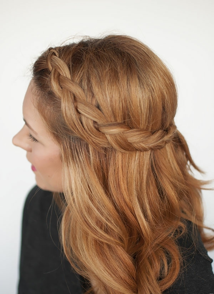 ideas de peinados pelo largo con trenzas, pelo suelto con una bonita trenza diagonal, cabello rubio con mechas