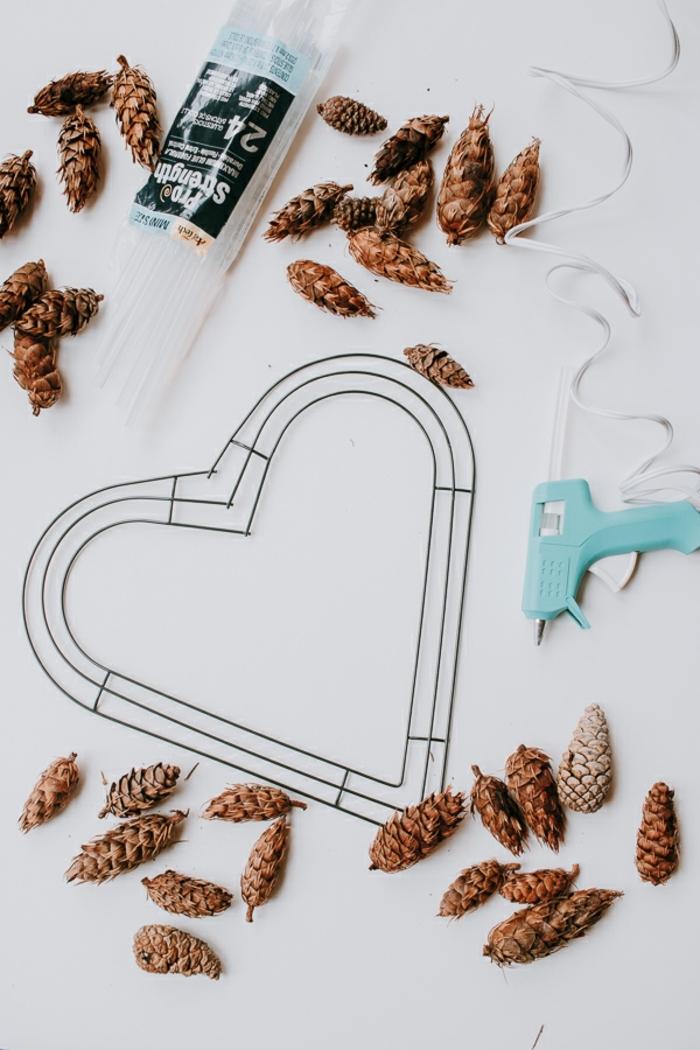 materiales necesarios para hacer una corona DIY con piñas, regalos originales para novios caseros paso a paso