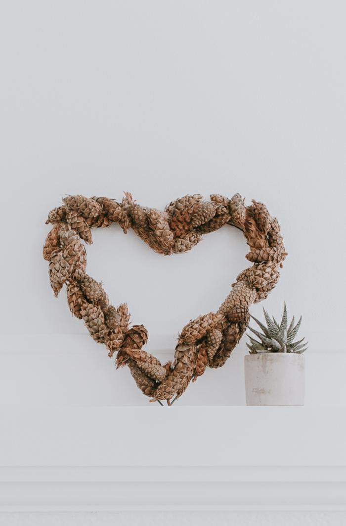 sorpresas san valentin con manualidades, corazón de alambre y piñas para decorar la habitación
