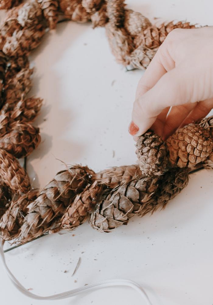 proyectos DIY e ingeniosas ideas de regalos originales para novios caseros, corona de piñas en forma de corazón