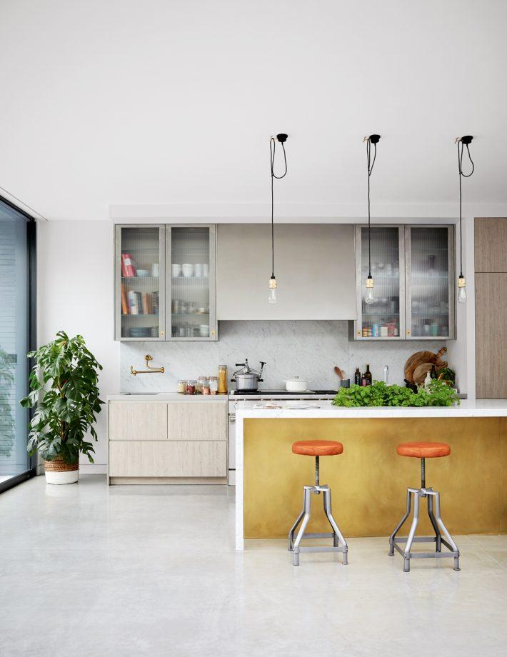 ideas de cocinas pequeñas y practicas en blanco, paredes blancas, armarios modernos de diseño