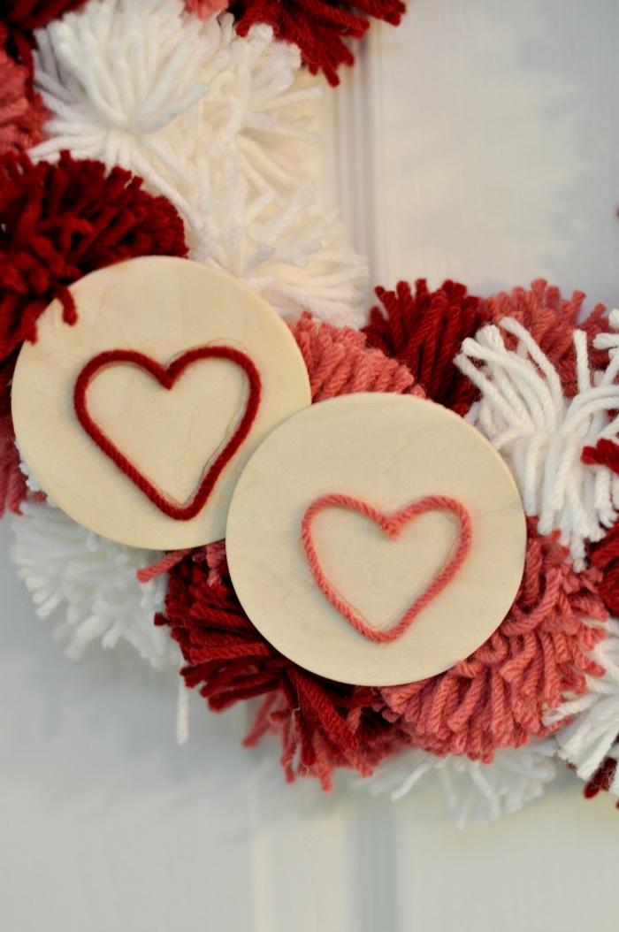 maravillosa corona de pompones para decorar tu puerta, manualidades san valentin paso a paso