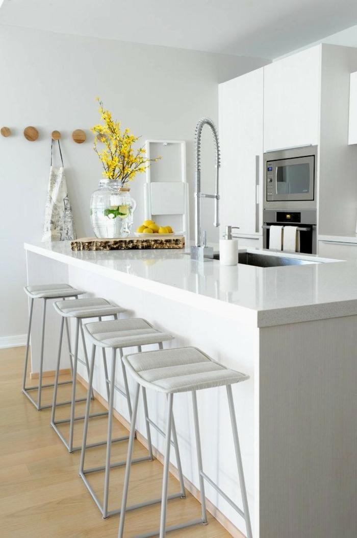 las mejores propuestas de cocinas con isla en estilo moderno, larga barra con sillas, decoración de flores