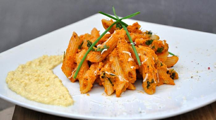 pasta vegetariana con salsa de zanahorias, menú san valentín original, platos ricos y originales