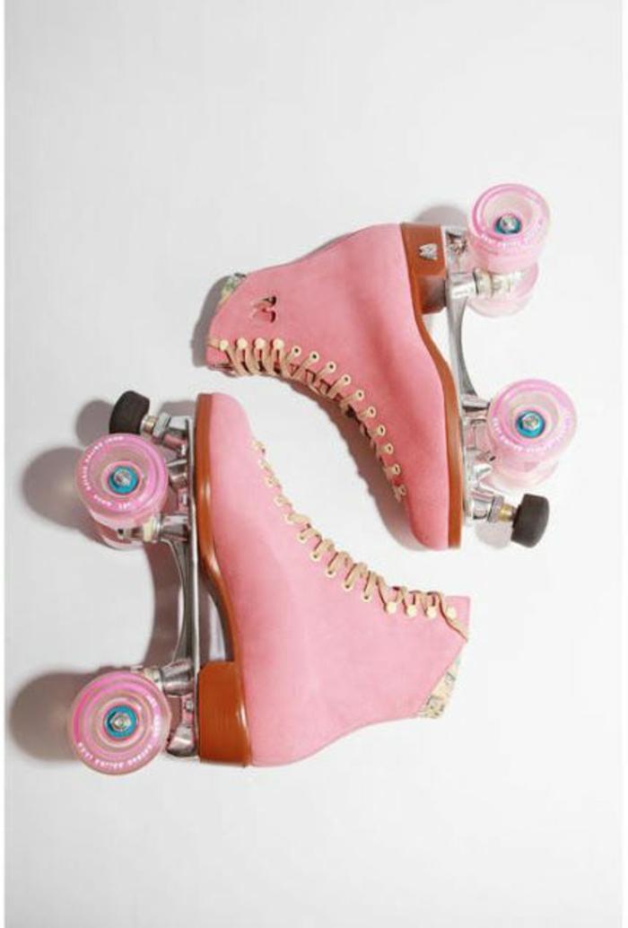 patínes de ruedas en color rosado, ejemplos de zapatos y accesorios de la vestimenta de los 80