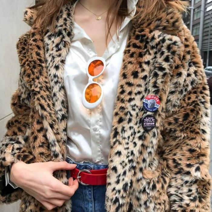 alucinantes ejemplos de imagines con ropa de los 80, chaqueta con prin animal, camisa blanca, vaqueros