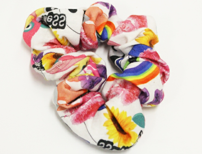 accesorios modernos típicos para la ropa de los 80, goma de pelo en colores, accesorios años 80