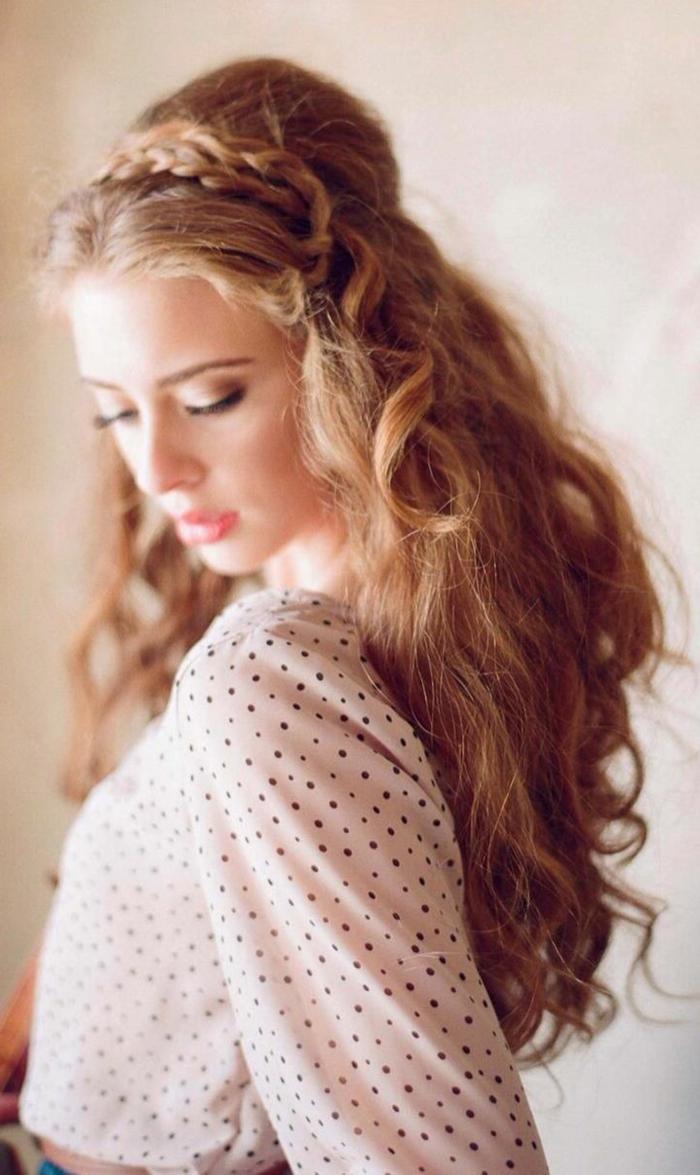 preciosas ideas de peinados pelo largo, cabello rubio oscuro con rizos y mucho volumen, semirecogido elegante