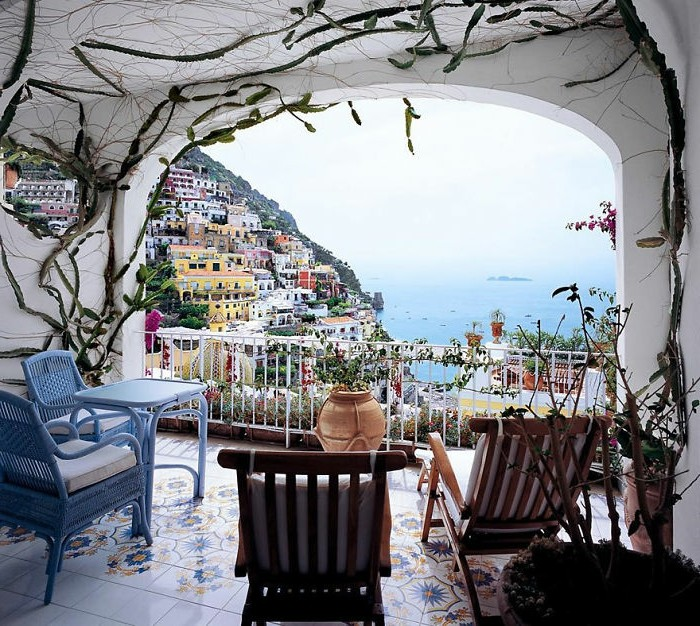 decoración terrazas pequeñas en estilo mediterráneo, preciosa vista en una terraza italiana