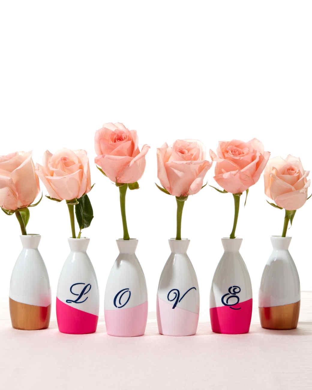 ideas de regalos san valentin hechos a mano, jarrones decorativos con fieltro letras, bonitos jarrones con rosas
