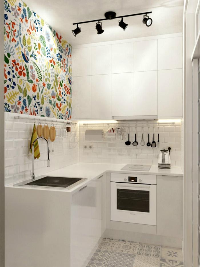 bonitas ideas de decoración de cocinas con isla, pequeña cocina decorada en blanco con pared papel pintado