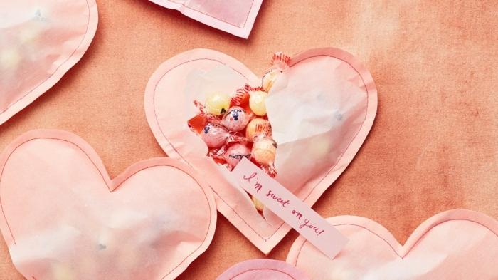 corazones de papel con forma de corazón llenos de caramelos, manualidades para san valentin originales