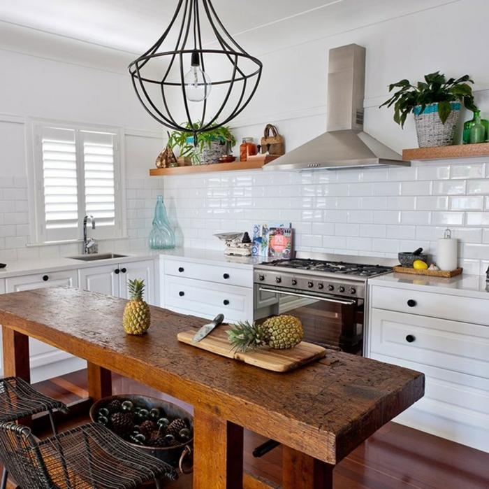 cocinas rústicas con mucho encanto, paredes blancas y muebles de madera en estilo vintage