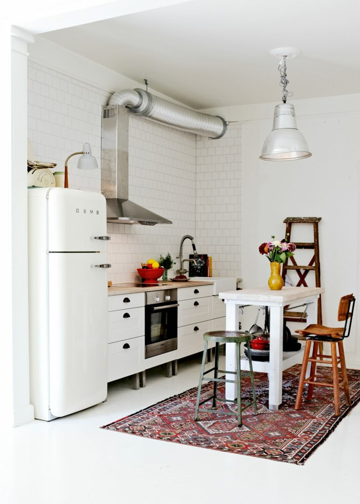 cocinas con isla blancas con elementos en estilo vintage, ideas sobre cómo aprovechar el espacio