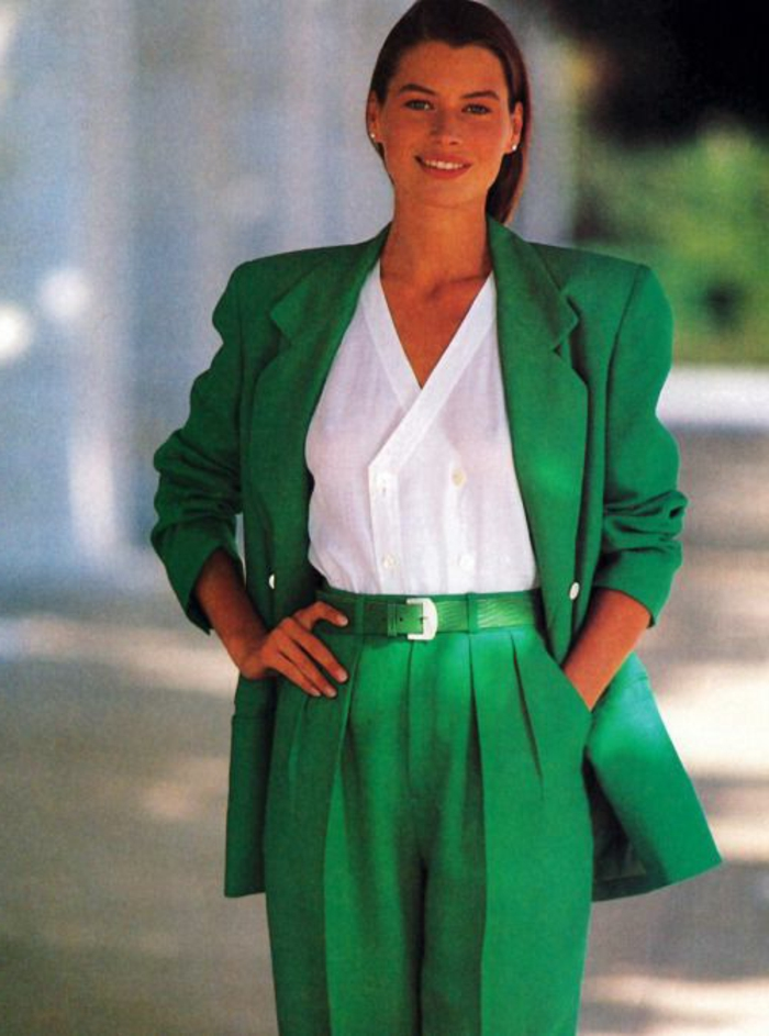cuáles son los mejores outfits de la ropa de los 80, pantalones anchos color verde y grande chaqueta en el mismo color