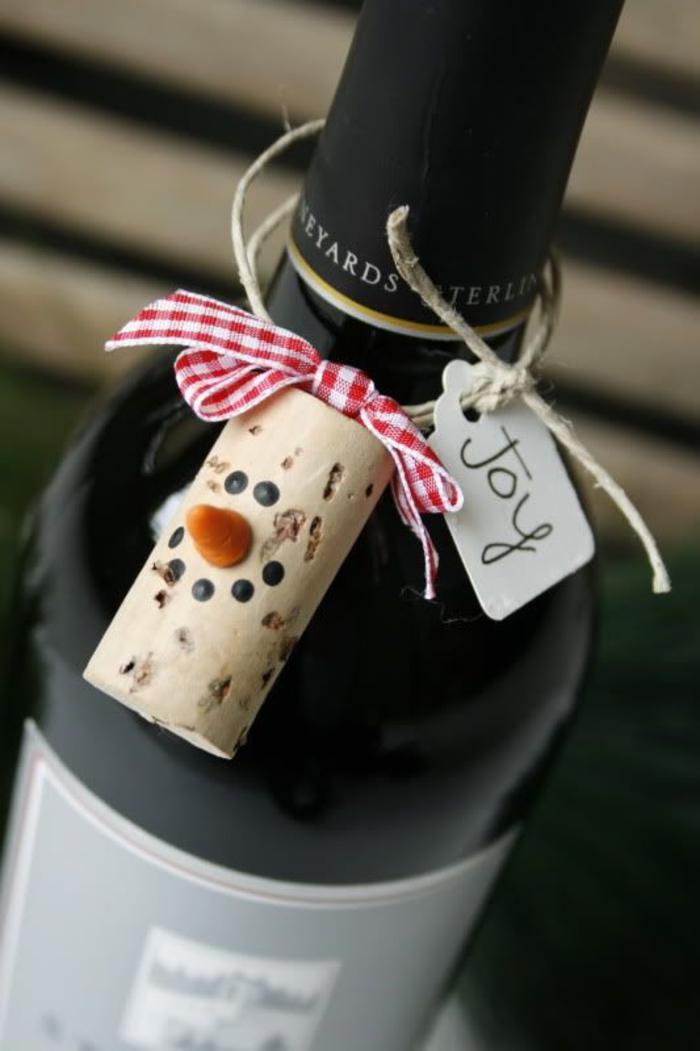 tapa de corcho personalizada, originales propuestas sobre cómo regalar una botella de vino, bolsas para botellas de vino