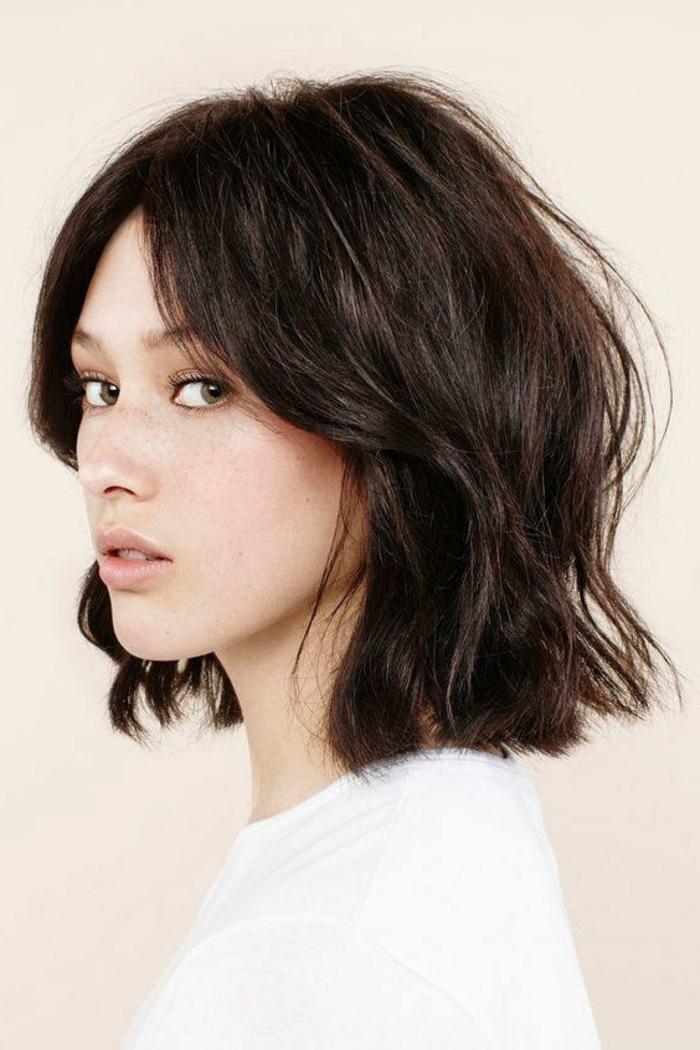 media melena con rizos rotos, cabello color castaño oscuro con mechas más claras, peinados de novia modernos