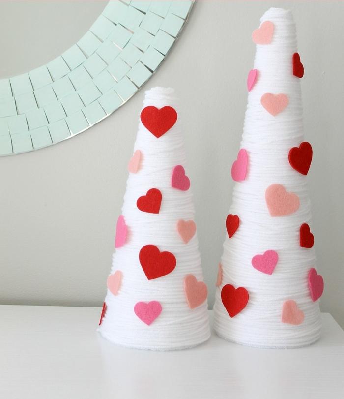 manualidades para san valentín fáciles y originales, conos de hilo blanco decorados con corazones de fieltro