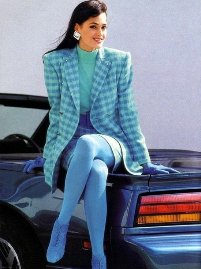 ejemplos icónicos de la vestimenta de los 80, outfit en color azul, chaqueta en estampado de cuadros
