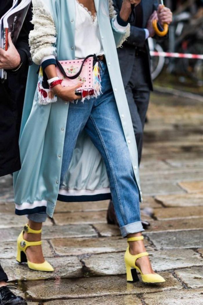 outfit moderno y original de los años 80, vestimenta de los 80, vaqueros lavados, zapatos color amarillo
