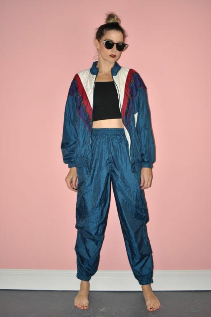 ejemplos de prendas icónicas de vestimenta de los 80, ropa deportiva, mujer con pelo recogido y gafas