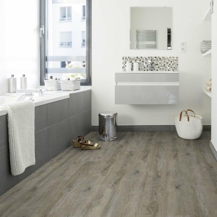 ideas de decoración baño moderno, suelo vinilico en tono beige, baños modernos decorados en blanco y gris