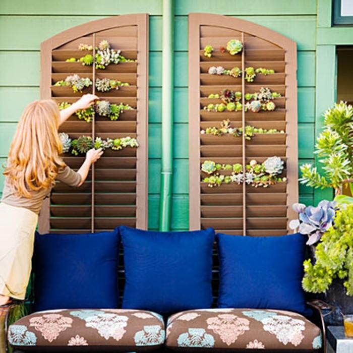 terraza decorada en verde, marrón y azul, ideas de decoración terrazas pequeñas en magníficas imagines