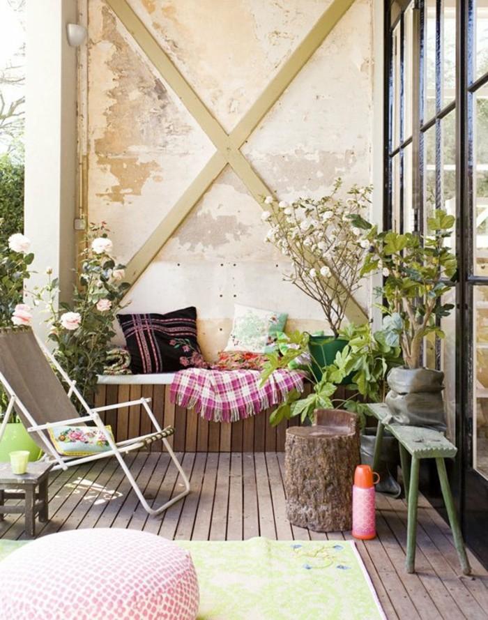 balcones decorados con mucho estilo, pequeño balcón decorado en estilo rústico, rosas blancas y suelo de parquet