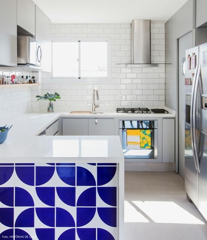cocina americana pequeña decorada en blanco con bonita isla azulejos blanco y azul, azulejos blancos en las paredes
