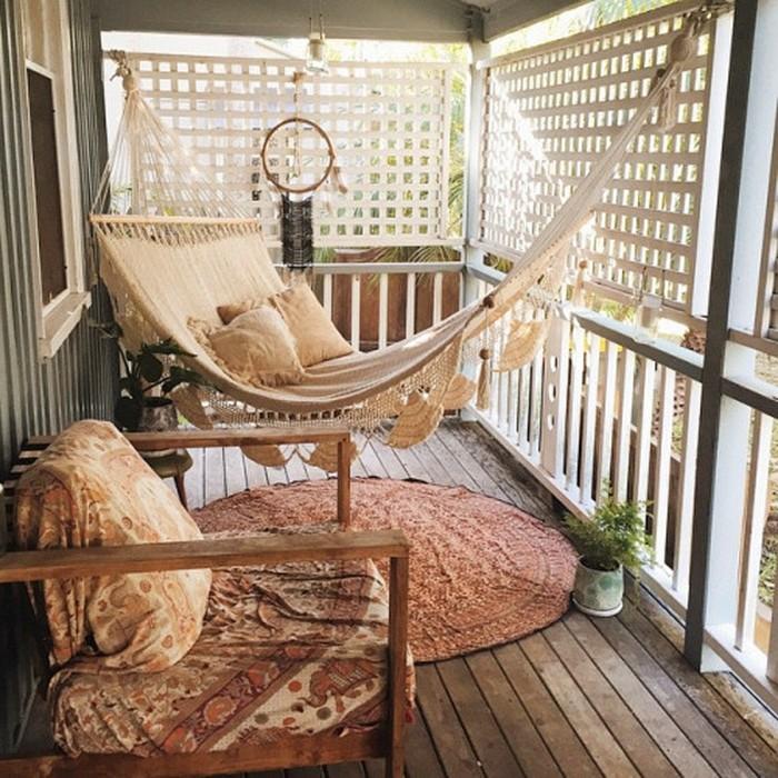 terrazas pequeñas decoradas con mucho encanto, balcón estrecho con suelo de parquet y hamaca