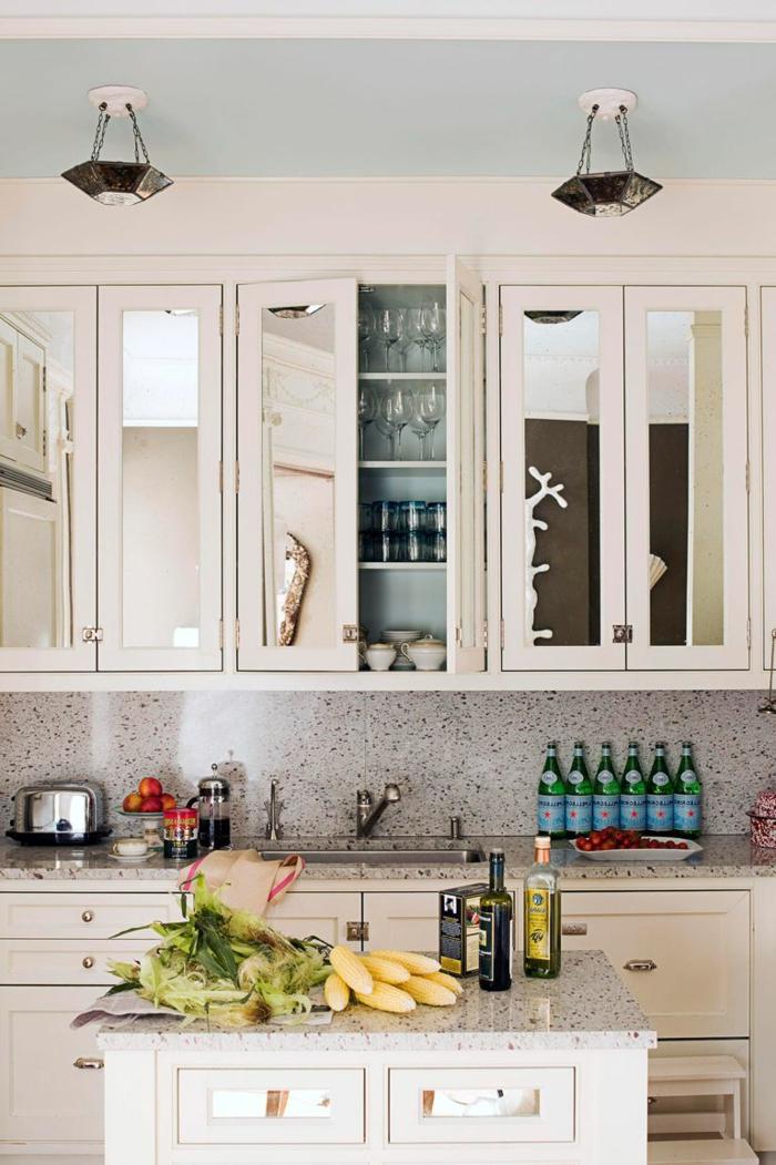 espacios pequeños decorados con mucho encanto, cocinas pequeñas alargadas con isla, decoración en blanco