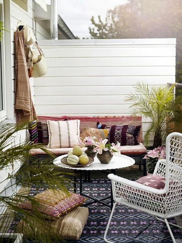 terrazas pequeñas organizadas de manera muy bonita, muebles de diseño color blanco, plantas verdes y elementos boho