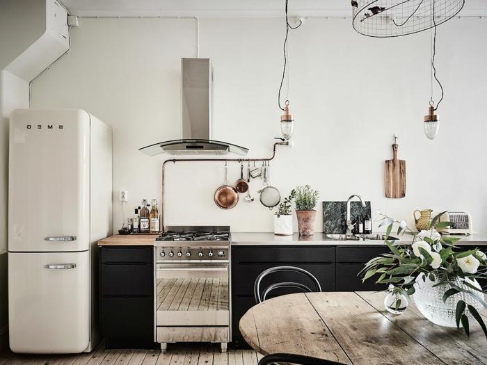 cómo decorar una cocina americana pequeña, paredes blancas, suelo de parquet y armarios negros