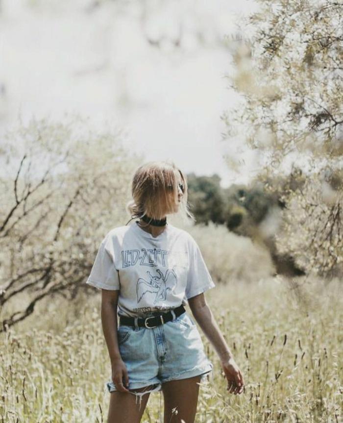 ideas de vestimenta de los 80, vaqueros lavados cortos, cinturón de cuero y blusa blanca