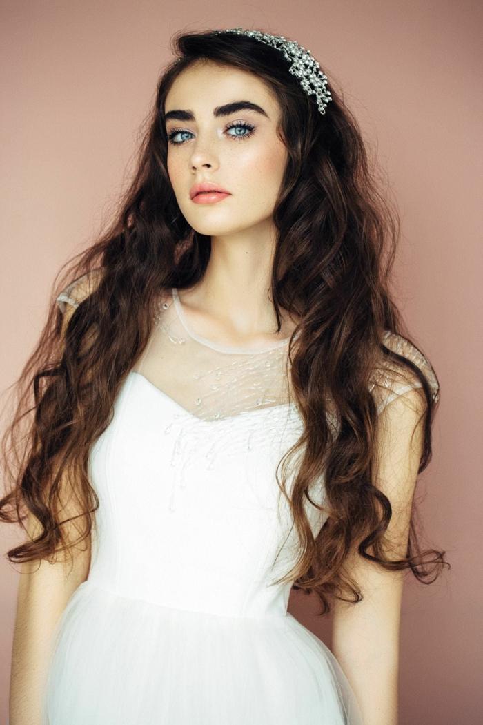 peinados de novia super bonitos, cabello castaño largo rizado, precioso acceosorio en el cabello color plata
