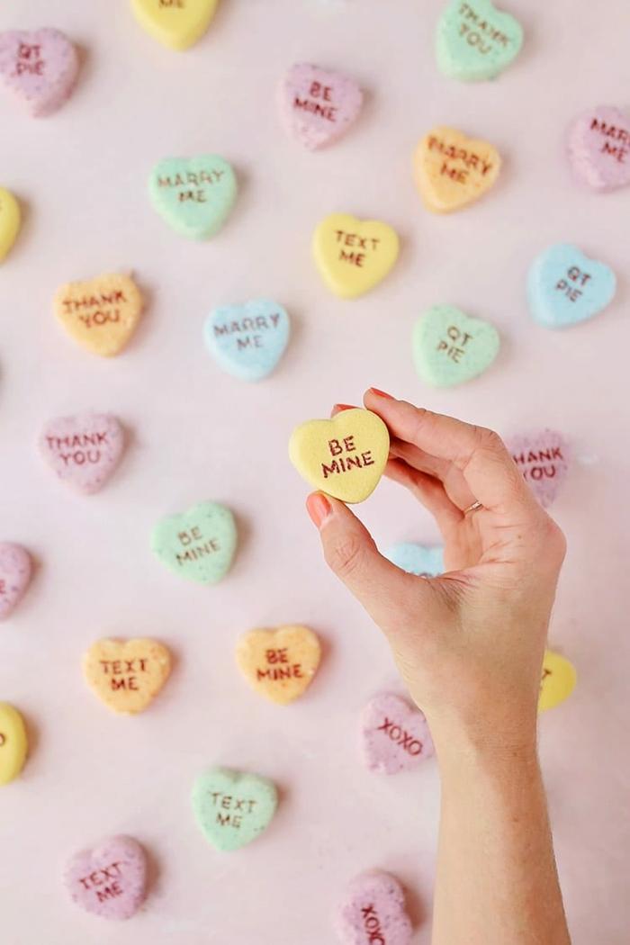 ideas de regalos san valentin hombre, bombas de baño super pequeñas en colores con letras de amor