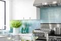 Las mejores propuestas de cocinas pequeñas con isla y trucos para aprovechar mejor el espacio