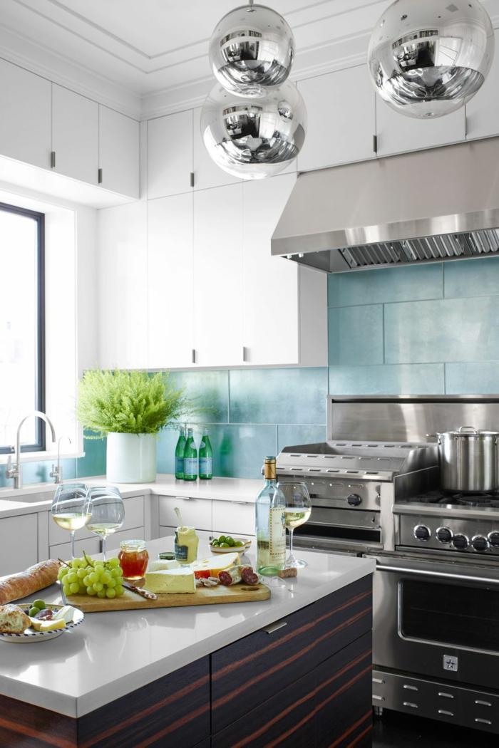 ideas de diseño de cocinas pequeñas alargadas, cocina moderna con isla, lámparas de diseño y grande barra