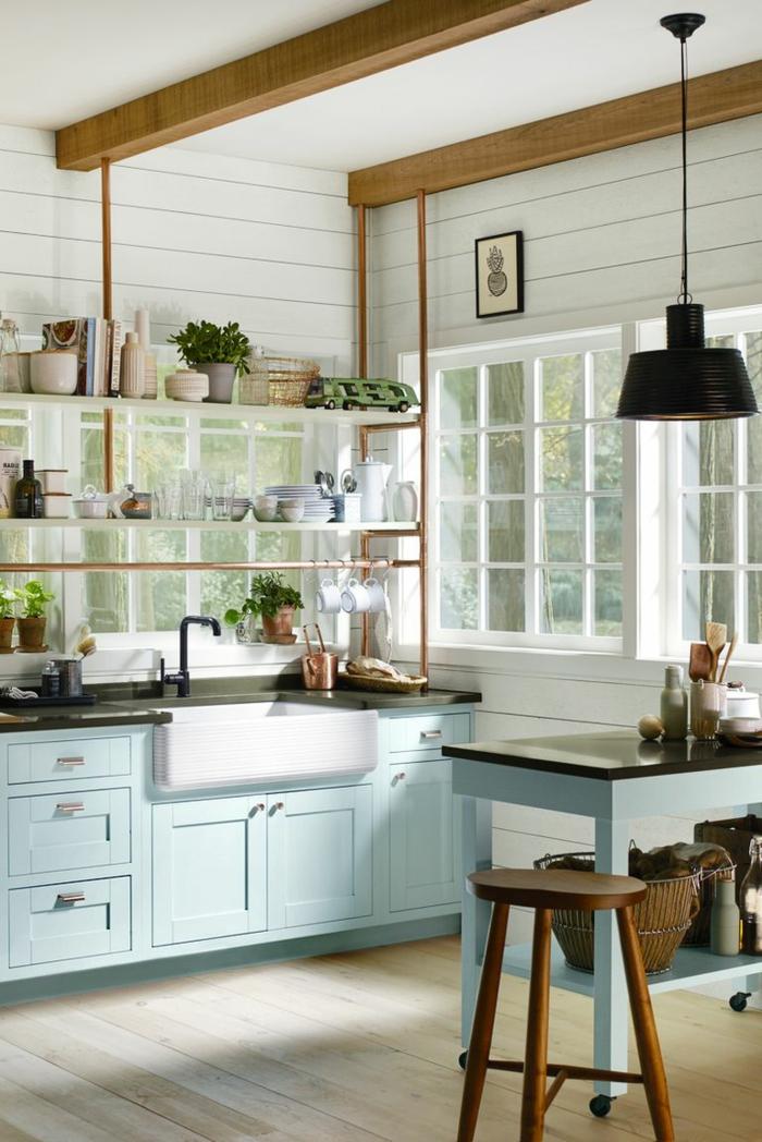decoración de cocinas pequeñas alargadas, armarios en color azul con encimeras negras, techo con vigas