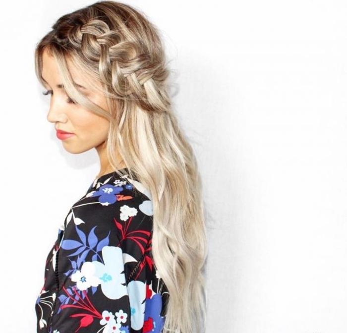 peinados de noviasuper bonitos, cabello rubio largo con mechas balayage, grande trenza francesa diagonal