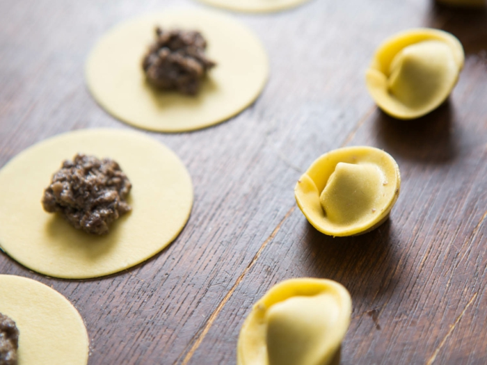entrantes y platos fáciles de hacer y ricos para un menú san valentín, pasta rellena de carne molida