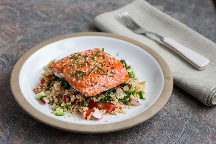 ideas de platos ricos para una cena san valentin, filete de salmón cocido al horno con ensalada tabulé