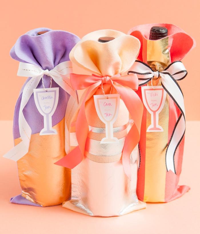 ideas de botellas de vino para bodas enb imagines, botellas de vino y champán decoradas en telas bonitas