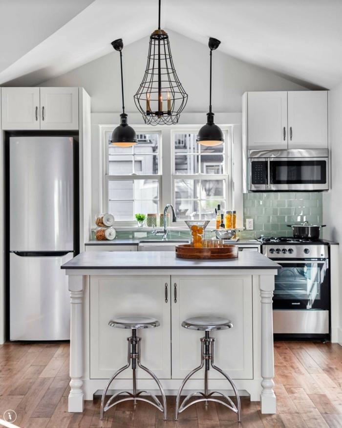 cocinas blancas pequeñas de diseño, cocina con grande barra multifuncional, espacio abihardillado