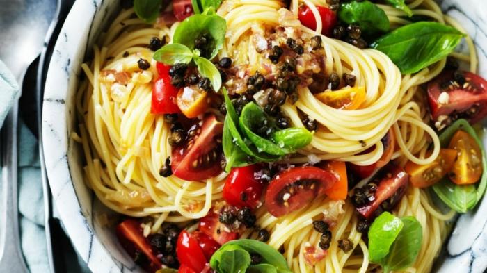 propuestas para una cena san valentin super rica, espaguetis cocidos con espinacas frescas, tomates y alcaparras