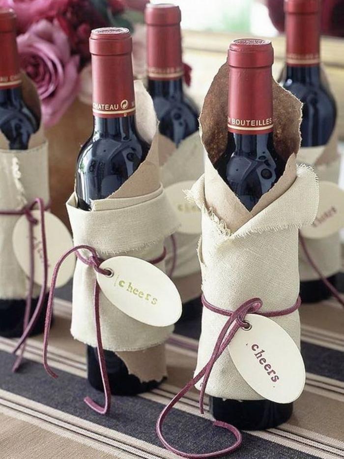 ejemplos de botellas de vino para bodas decoradas con mucho encanto, vino tinto decorado de maravilla