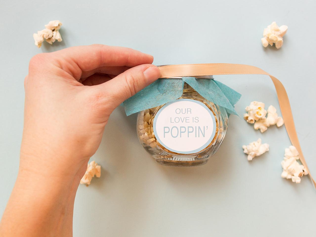 cómo hacer un frasco de vidrio decorativo lleno de palomitas para regalar paso a paso, regalos originales para novios hechos a mano