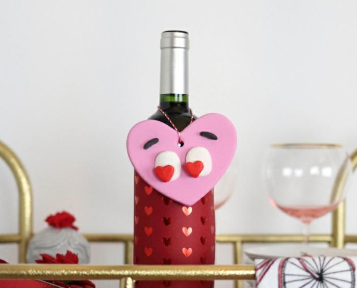 divertidas propuestas de regalos san valentin hombre, adorno para botellas de vino en forma de corazón