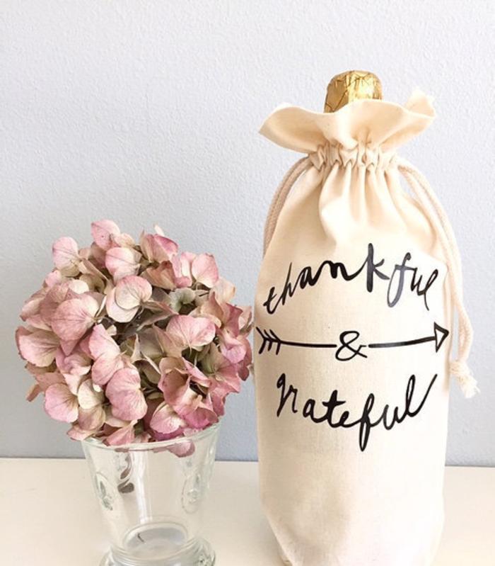 ideas de botellas de vino para bodas envueltos en telas, botella de champán pequeña decorada para regalar