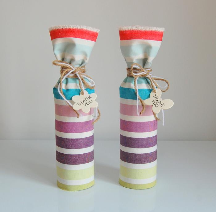 botellas personalizadas decoradas de manera encantadora, telas coloridas y etiquetas con letras